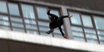 妙龄女子痛哭坠亡瞬间独坐6楼高天台边不慎坠落大呼救命仍不幸坠楼身亡