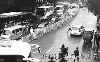 温州违停女司机不满被拍照驾车碾伤协警