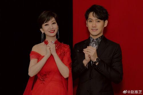 照片中,赵雅芝与儿子黄恺杰红黑配,母子俩颜值高,画面养眼!