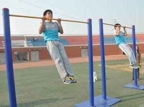 学生做引体向上动作