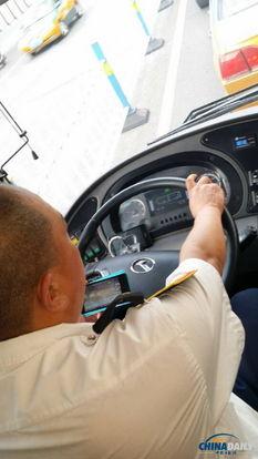 公交司机左手斗地主右手开车