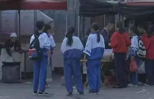 云南临沧多名初中女生疑似被迫卖淫警方正调查临沧云县民族中学门口,放学后的买零食的学生。