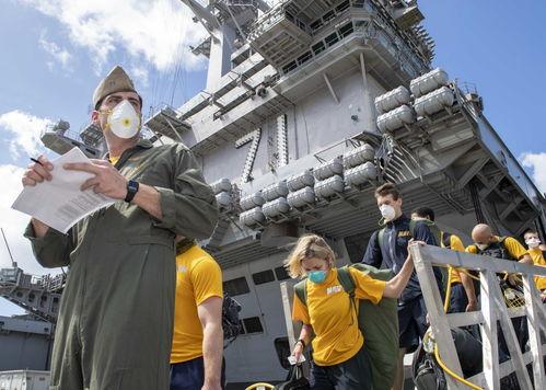 """罗斯福""""号核动力航空母舰舰长克罗泽因疫情暴发写求援信却被解雇后,美国海军高层近日向国防部建议恢复克罗泽的舰长职务。"""