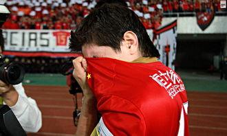 面对著天河体育中心的红色海洋和喊,孔卡在绕场致谢球迷时落下