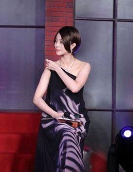 礼服不合体尴尬滑落瞬间 萧蔷蕾丝卖力秀修长美腿 新浪四川时尚
