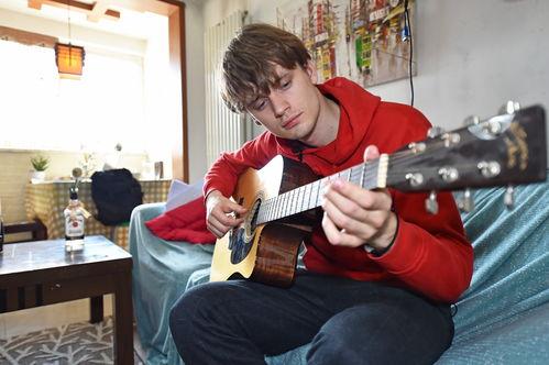 3月11日,顾思达在家中弹吉他自娱自乐.