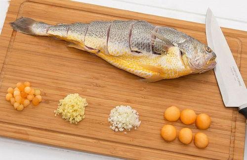 周末海边刮大风 摊主建议来点10元3斤海味打牙祭 晒鱼干得等两天