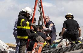 救援人员救援城铁列车事故中受伤者