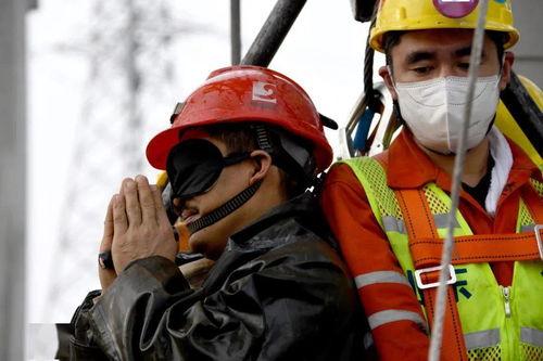 1月24日,山东栖霞笏山金矿一名被困矿工成功升井时双手合十以表感谢。