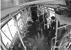 海宁公交车上9岁小胖墩突然晕倒乘客主动下车司机直奔医院
