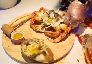 长过手臂的波士顿龙虾   -虾钳、虾身、虾尾,加起来比手臂还要长-   每一口都是rmb的味道   -阿拉斯加帝王蟹的诱惑-   谁能顶得住挡脸神器的诱惑,动辄上千元一只的帝王蟹,