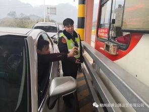 图为潭头收费站员工指导司机使用移动支付