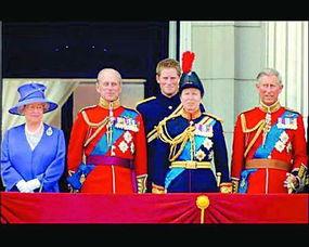 英亲王在女王寿宴上放响屁引发王室家族笑场哈里与众长辈