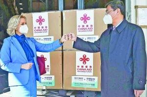 黑山卫生部长博约维奇左与中国驻黑山大使刘晋出席中国疫苗交接仪式新华社
