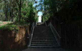 矗立在昆明西山郊野公园内的驼峰飞行纪念碑