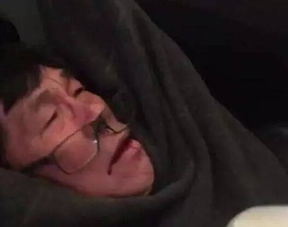 美联航强拖亚裔乘客现场画面