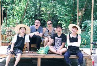 《向往的生活》宋丹丹巴图到访蘑菇屋与黄磊何炅刘宪华拍全家福