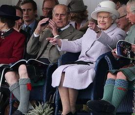 在丈夫菲利普亲王的陪同下,英国女王观看了2012年度的布雷马高地运动会。