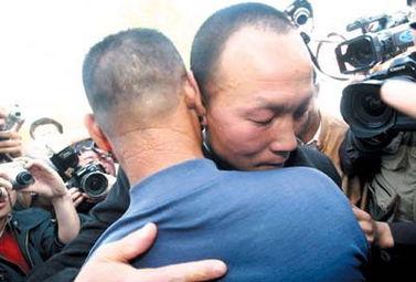 昨日被宣判无罪释放的佘祥林与父亲相拥而泣,旁观衆人均被感动.