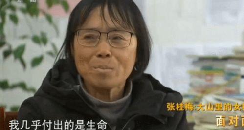 可是,这些年,张桂梅的身体状况越发严峻,就在去年年底63岁的张桂梅收到了医院给她的体检报告,报告中罗列出了她患的17种疾病:骨瘤、血管瘤、肺气肿、小脑萎缩……看着学生学得苦,老师教得苦,张桂梅也