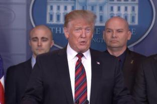美国总统特朗普首次现身白宫新闻简报室.(