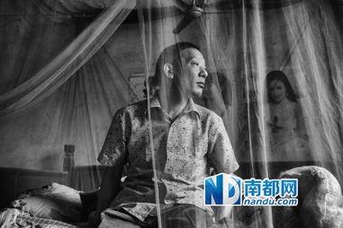 12年后,李怀亮第一次回到故居,他在自己曾经的床上呆坐良久.