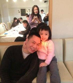 赵薇为老公黄有龙和女儿小四月拍照