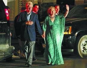 ▲7月30日晚,克林顿与希拉里刚参加完为切尔西举办的婚前庆祝晚会.