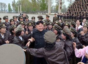 金正恩视察朝鲜人民军空军部队 被女兵团团围住笑容满面