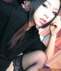 由于她公布的自拍总是穿着黑色丝袜,因此被称为 黑丝女王 .