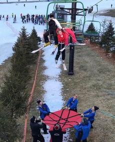 美女孩从7.6米滑雪索道坠落工作人员用防水布接住