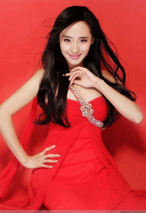 王紫瑄钻带红裙写真妖娆妩媚低胸性感