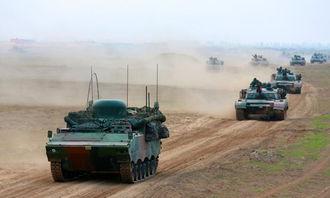 解放军96坦克群冲锋,怪异通信车领队.