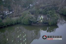 63岁娭毑掉入深水池 岸上妇女一把抓住她的手