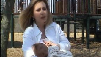 母乳喂养姿势视频教程 母乳喂养正确姿势视频 哺乳正确姿势视频教程 亲亲宝贝视频