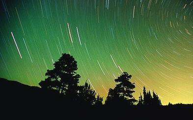 ...上的自然转动使天空中的星星越过地平线,留下了这些美妙的痕迹....