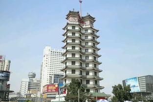 二七纪念塔,位于郑州市二七广场,是郑州的地标性建筑。
