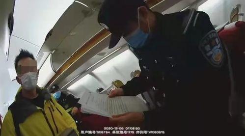 图:航班下降途中男子大摇大摆吸起电子烟