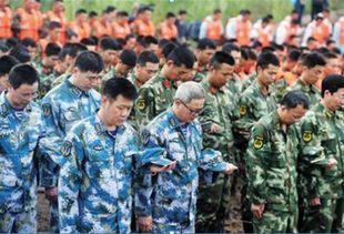 东方之星救援现场举行哀悼遇难者活动