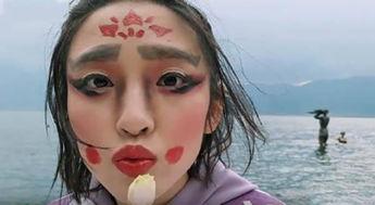 面对杨坤她的眼睛又眨巴眨巴的,最后在杨坤保证自己不是狼的情况下,她
