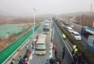 12月28日,车辆在承载式光伏高速公路上行驶.