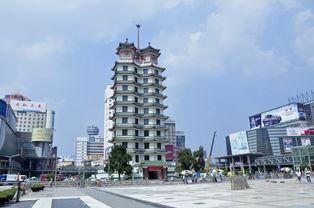二七纪念塔位于郑州市中心二七广场。