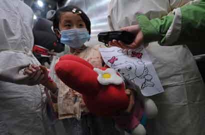 2013年4月15日上午10点40分左右,北京地坛医院的北京首例h7n9禽流感感染者从icu病房转出,进入普通病房.(