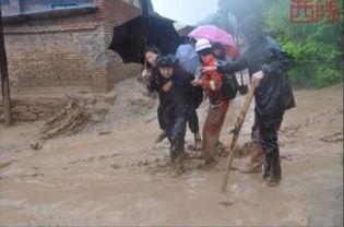 暴雨致延安富县县城内涝 消防紧急救援 三