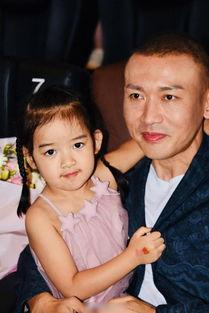聂远带4岁女儿为新电影路演,手上小猪佩奇抢镜,比聂远童年可爱