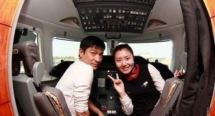 关键词:空姐美女主播明星素颜照[提要]空姐爆料明星在飞机上的素颜照(组图)