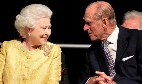 女王淡黄的长裙,蓬松的头发look不过之前英媒报道说女王和老公菲利普亲王在分居两年后,又搬到了一起。