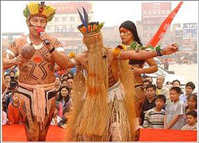 印第安人正在表演(左为酋长)-印第安部落酋长西安献艺 众市民连声...