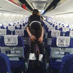 空姐你最美郑州机场空姐背女乘客下机