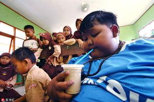 世界最胖男孩减10斤后重返学校